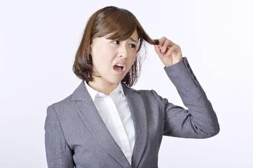 切れ毛を気にする女性